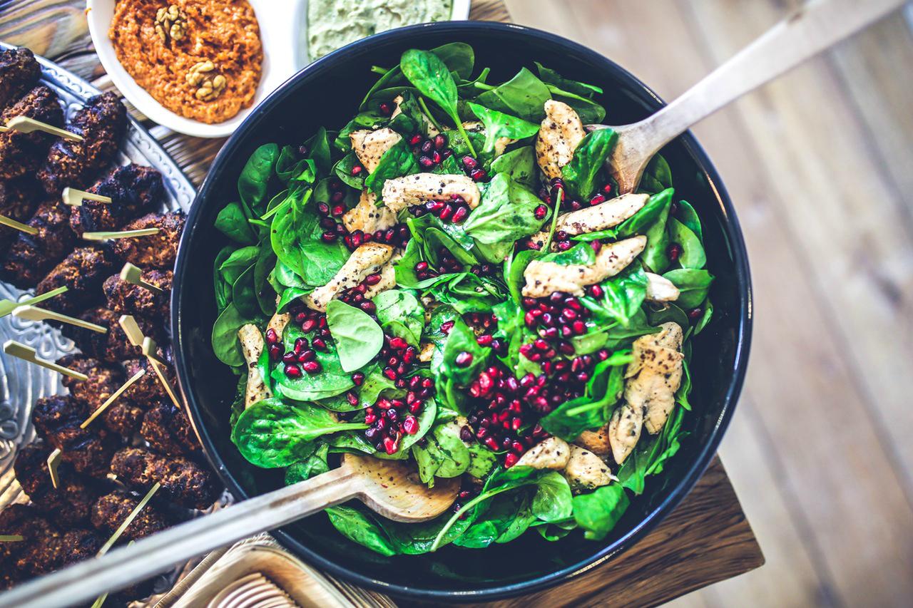 Salaatti basilikabroilerista ja granaattiomenasta