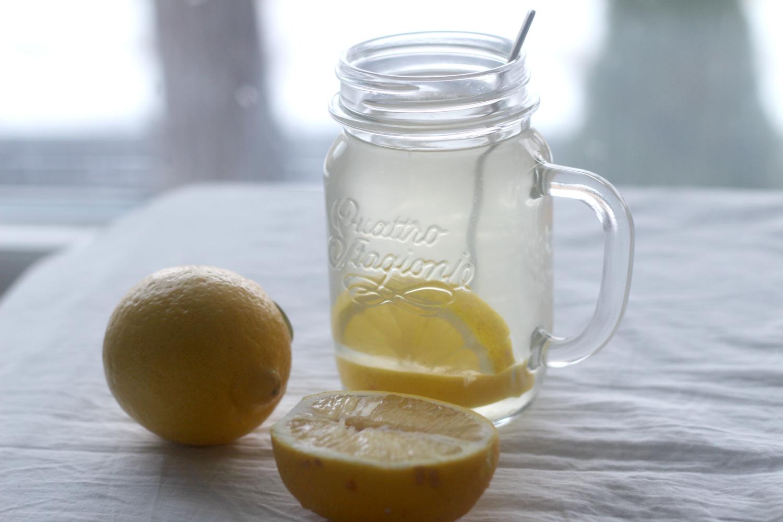 6 terveyshyötyä lämpimästä sitruunavedestä aamujuomana