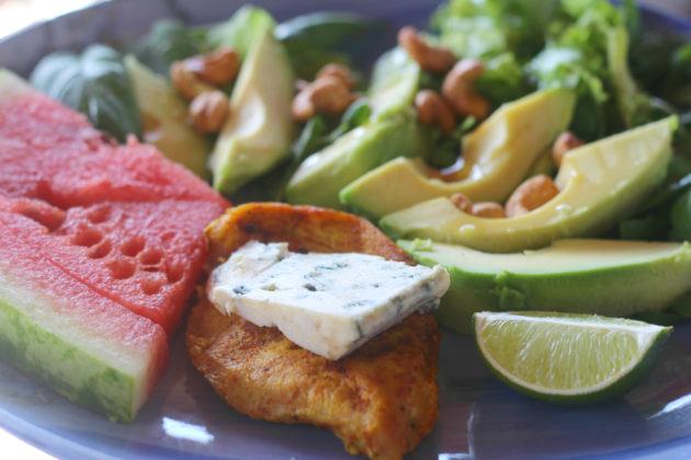 Salaattia kurkumakanalla ja Auralla – terveellinen herkkukombo
