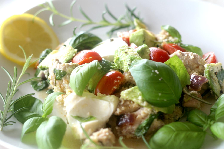 Kanaa ja mozzarellasalaattia kukkakaaliriisillä