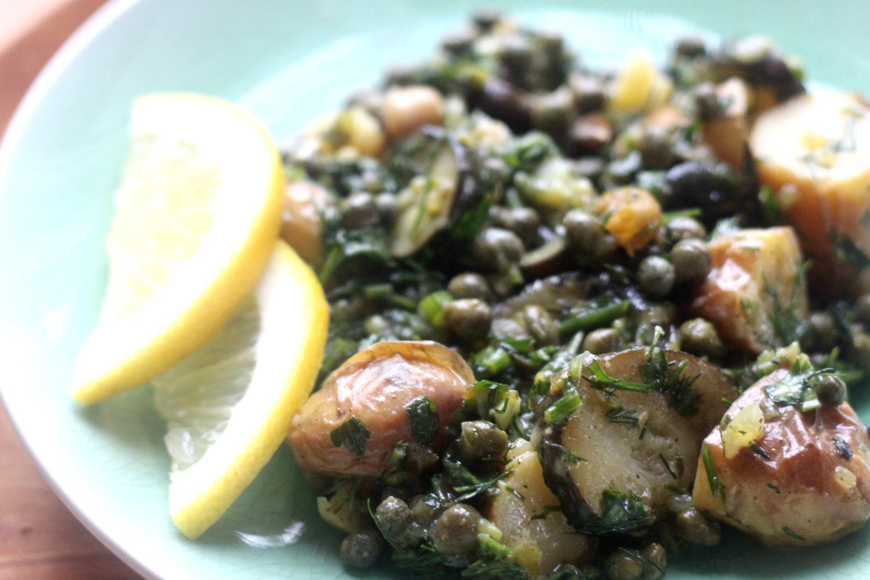 Maukas Kapris-munakoiso salaatti tuoksuu kesälle ja Välimeren ruoalle