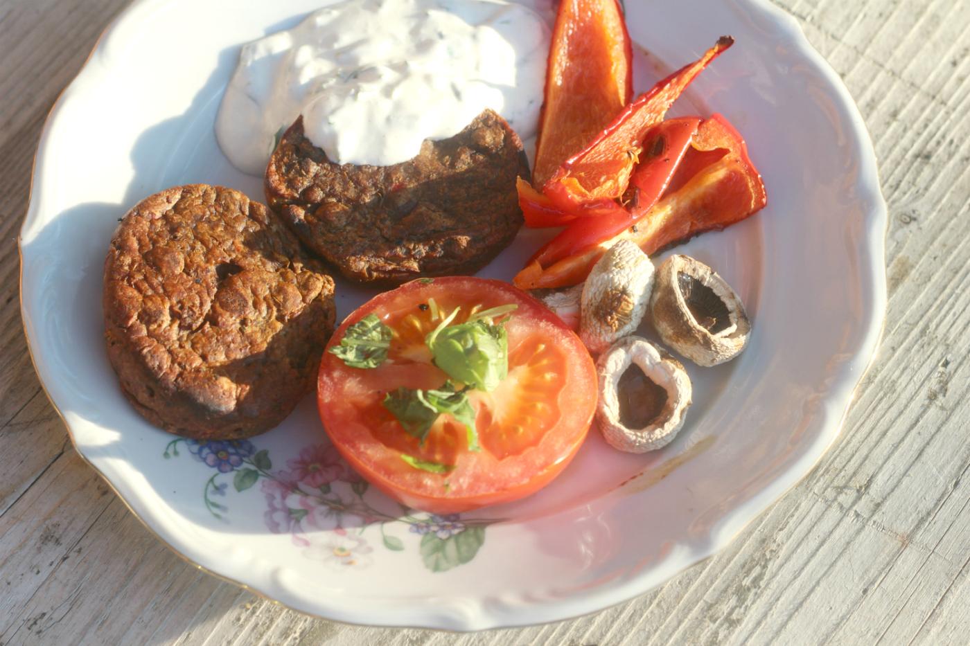 Video-ohjeessa kesän nopein grilliannos: Härkis Pihvit ja vihannekset kermaviilikastikkeella