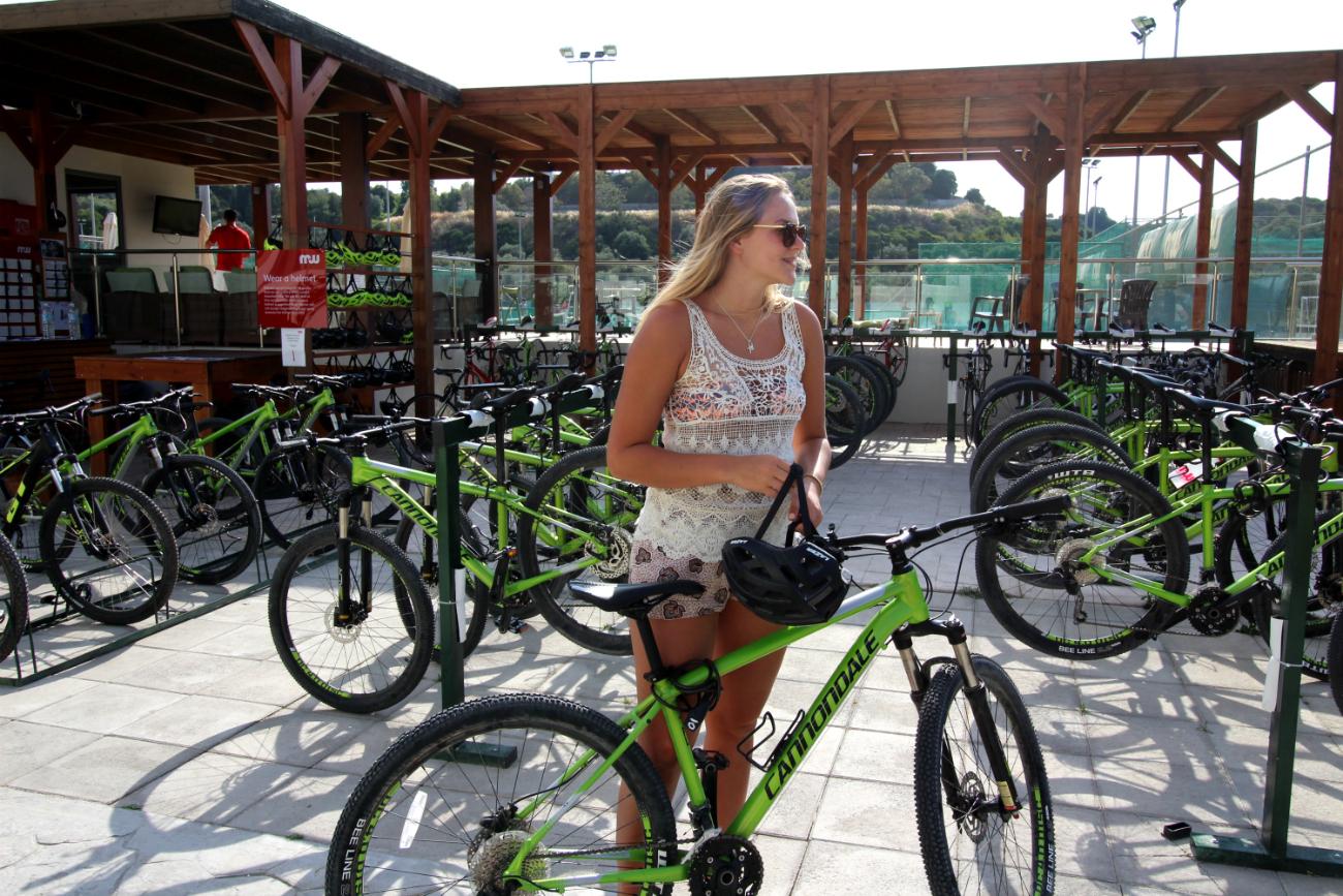 Pyöräilyä lomamaisemissa