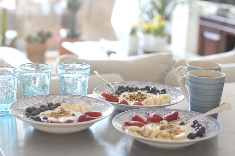 Aamiainen sohvalla – ja aurinkoisen rentoa äitienpäivää
