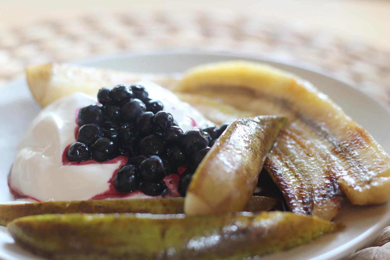 Paistetut hedelmät sitruunajogurtilla -herkkuannos parissa minuutissa
