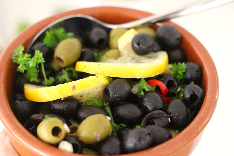 Marinoidut oliivit tapas-naposteluun tai grilliruoan kylkeen