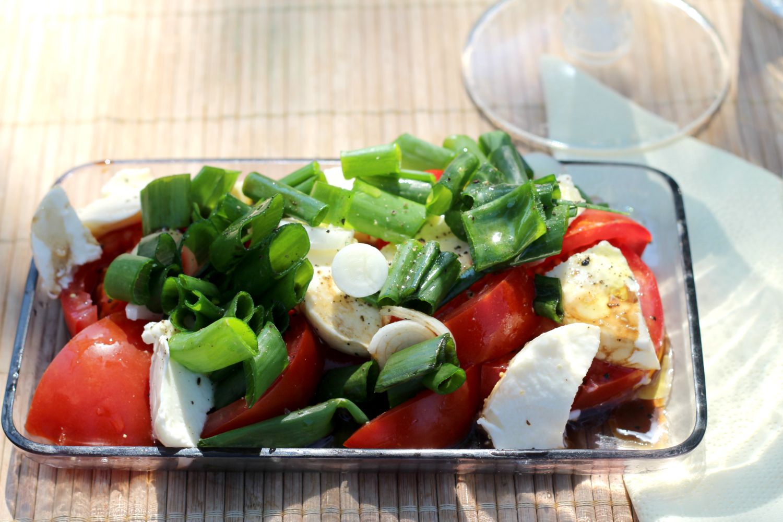 Salaatti mozzarellasta, kevätsipulista ja makeista tomaateista