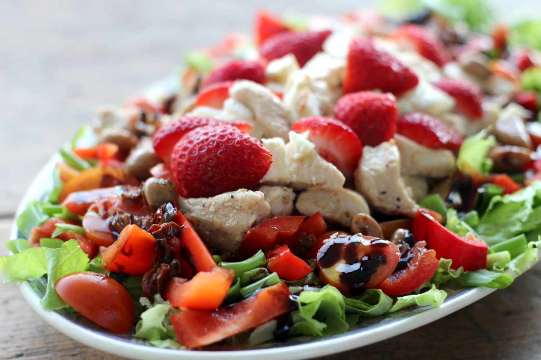 Kesän suosikkisalaatissa kanaa, mansikoita ja vuohenjuustoa