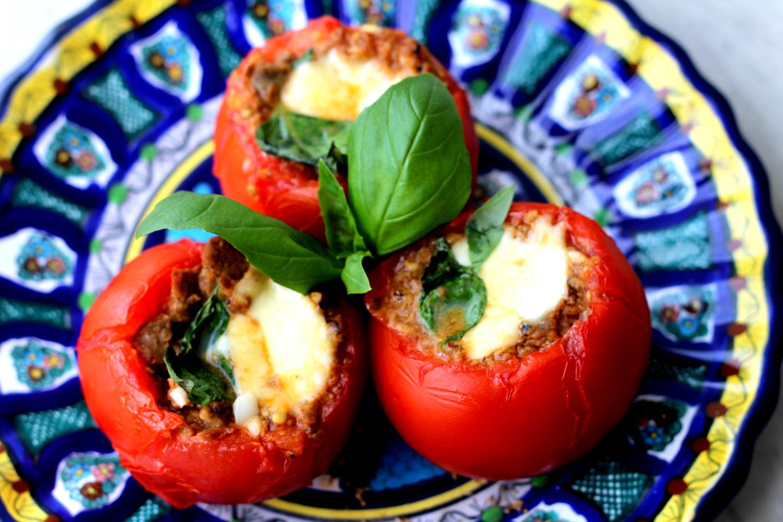 Mozzarellalla ja Härkiksellä täytetyt uunitomaatit tuoksuvat Italialle