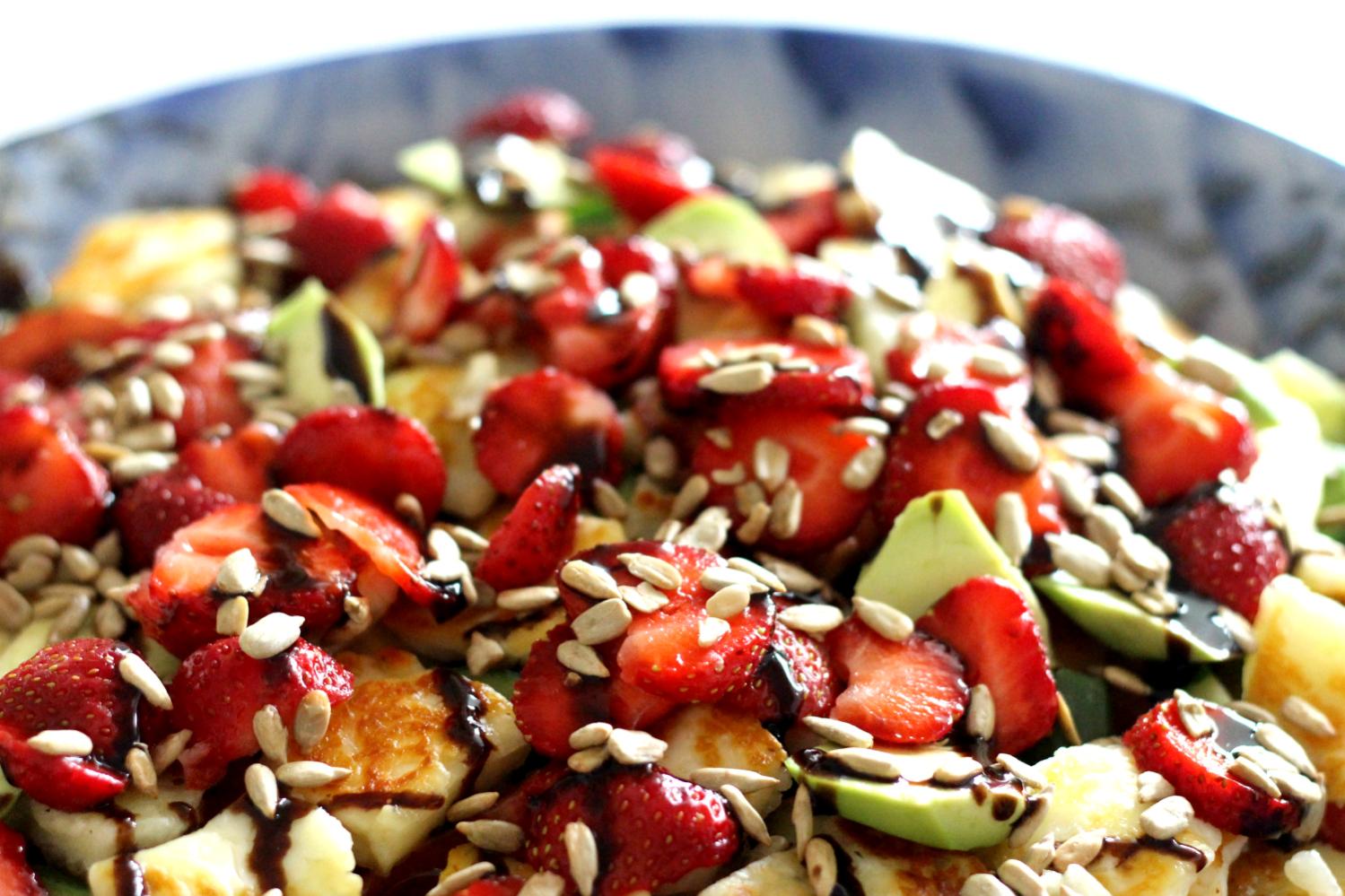 Mansikka-halloumisalaatti ja mansikan terveysvaikutukset