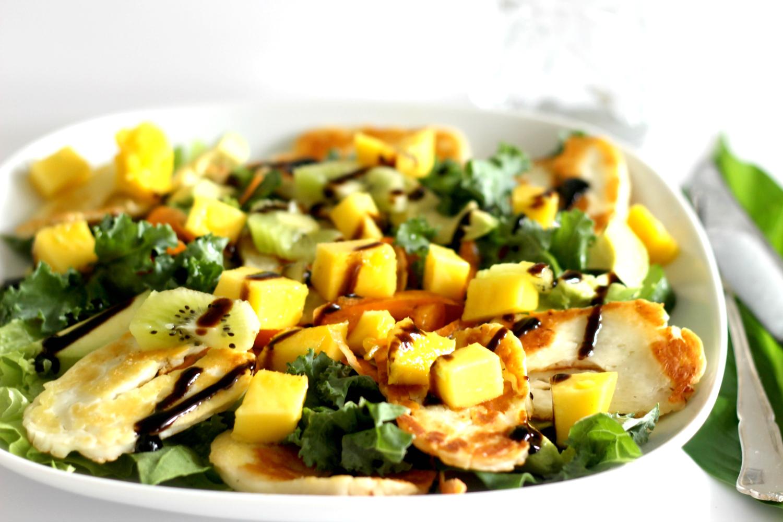 Halloumisalaatti mangolla – aurinkoa ainakin lautasella