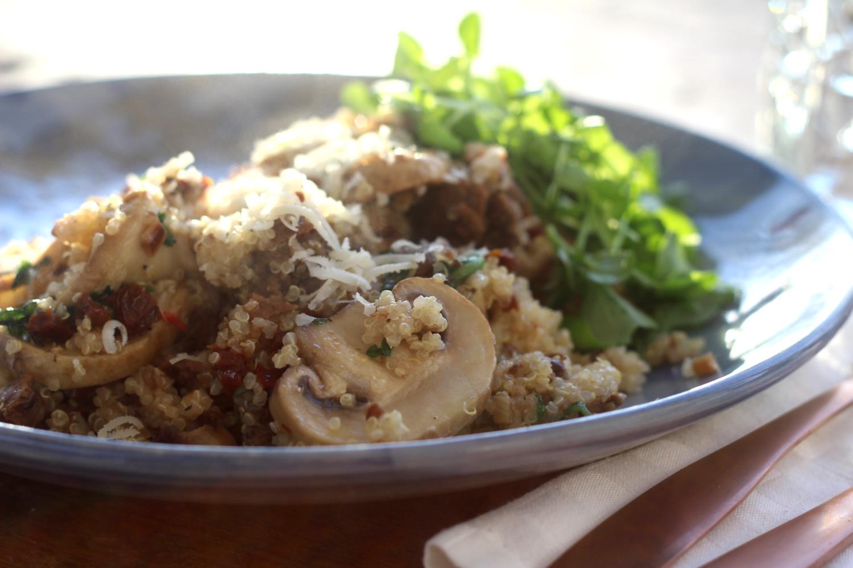 Mausteista kvinoaa herkkusienillä, pinaatilla ja Härkiksellä