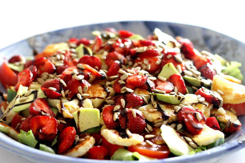 Mansikka-halloumi salaatti avokadolla
