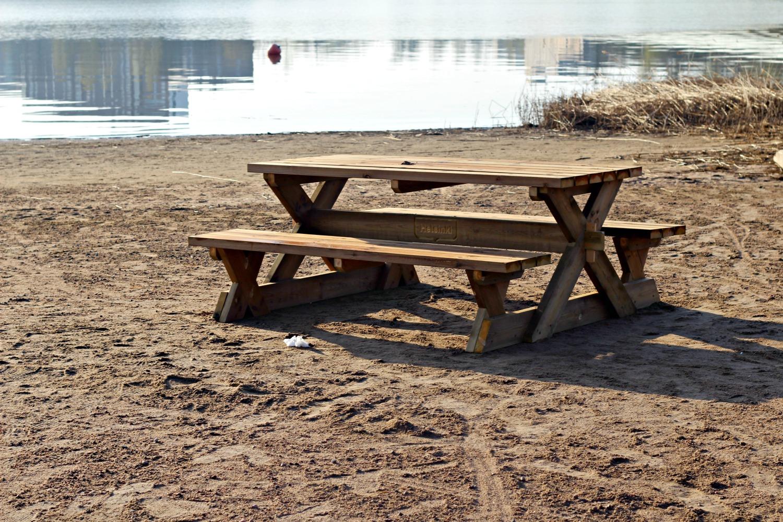 pöytä rannalla