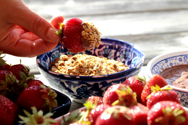Kesäillan ihanin herkku – mansikat suklaalla ja granolalla