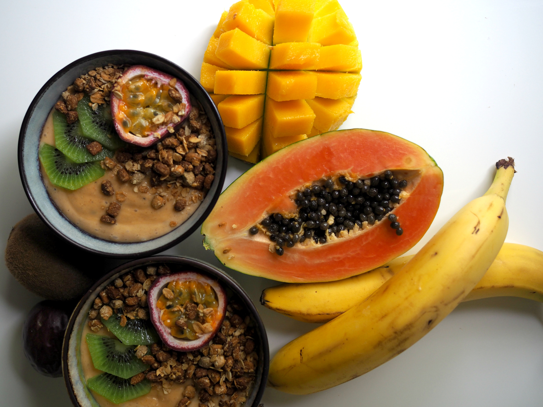 Täyteläisen trooppinen smoothie bowl