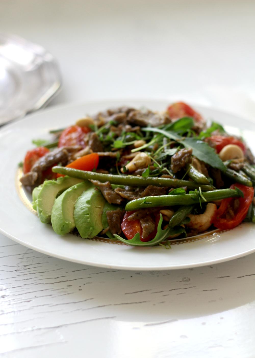 Lämmin salaatti täynnä makuja –  Beanit härkäpapusuikaleilla!