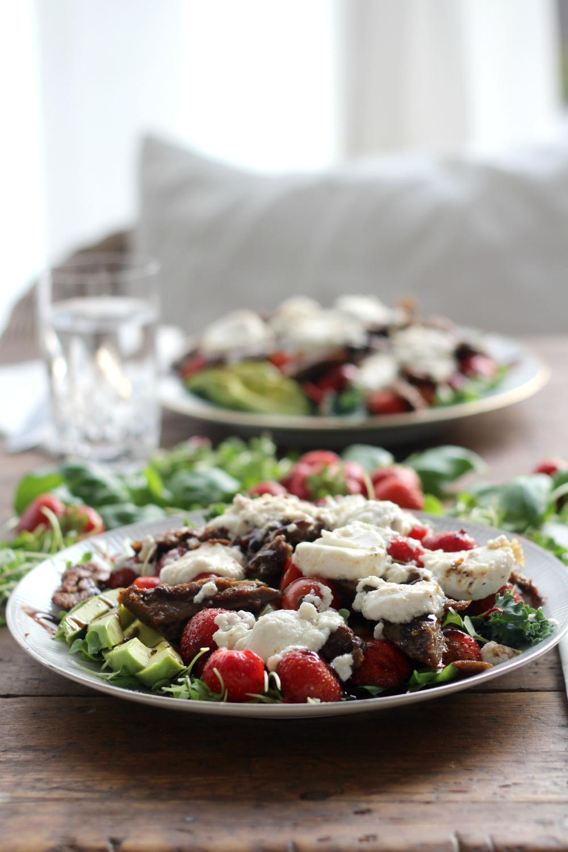 Beanit-salaatti mansikoilla ja lämpimällä vuohenjuustolla