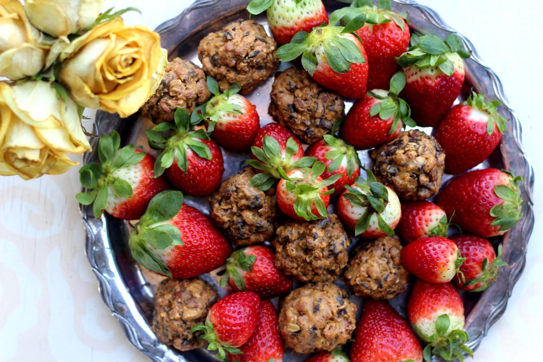 Suklaahippupallerot granolalla ja maapähkinävoilla