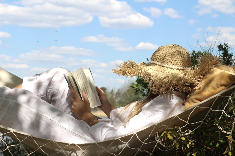 Luettavaa riippumattoon – 10 kirjasuosikkia kesäksi