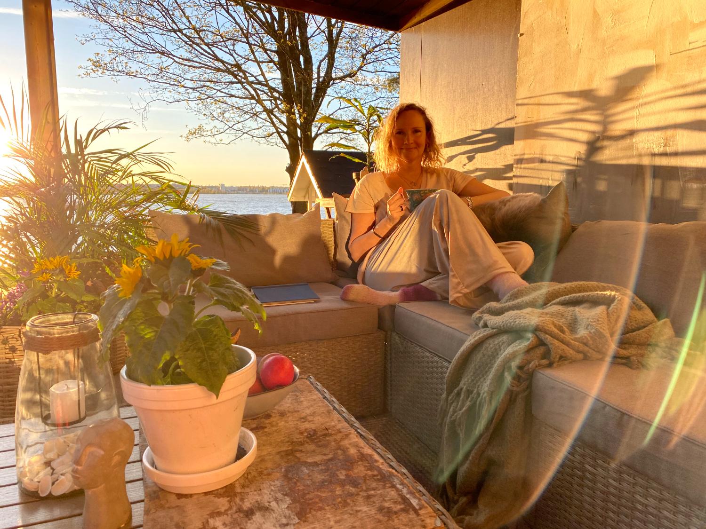 7 helppoa keinoa sisustaa pihasta olohuone kesäksi